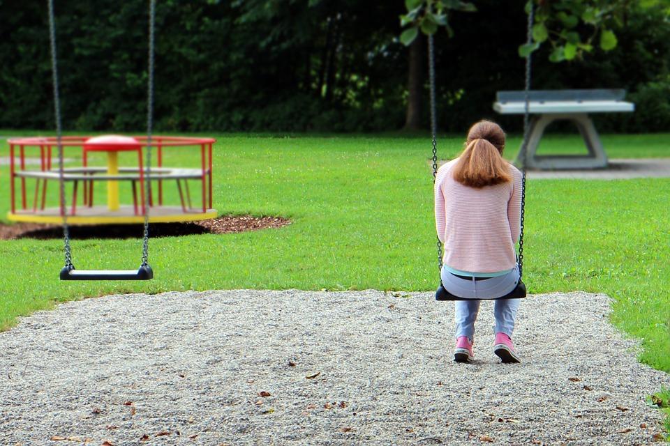 děvče na houpačce