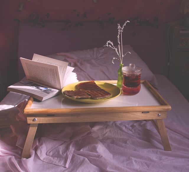 postel, stolek, snídaně