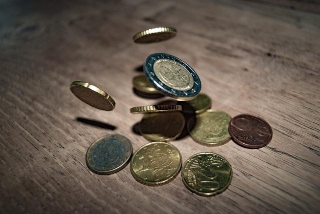 mince padají na stůl.jpg