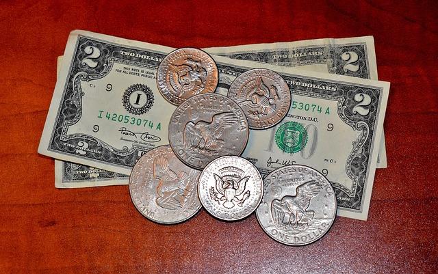 dolarové bankovky a mince na stole.jpg